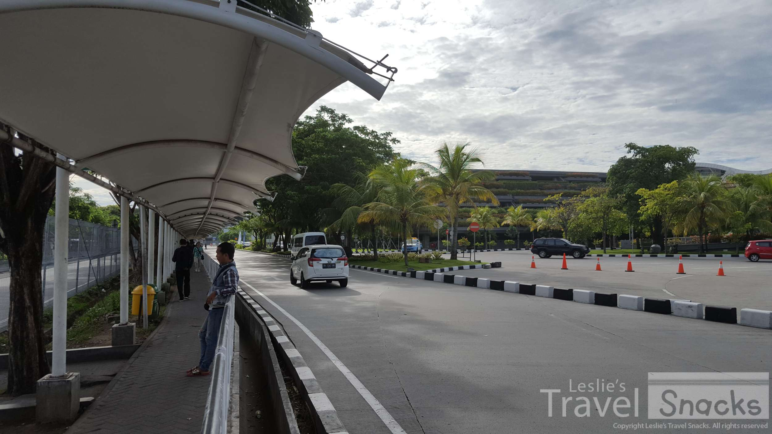 Now at the covered walkway, looking toward the international terminal. From here, you turn left.